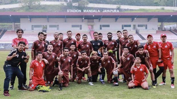 Persija Jakarta ketika bertandang ke Stadion Mandala, Jayapura.