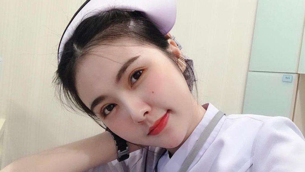 Tersihir Gaya Seksi Perawat Cantik yang Populer di Medsos, Bikin Meleleh