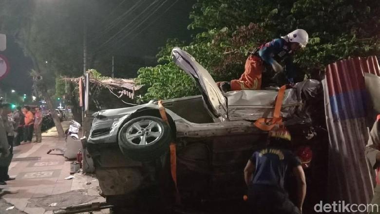 Sebuah Mobil Tabrak Air Mancur di Jalan Pemuda, 6 Orang Luka