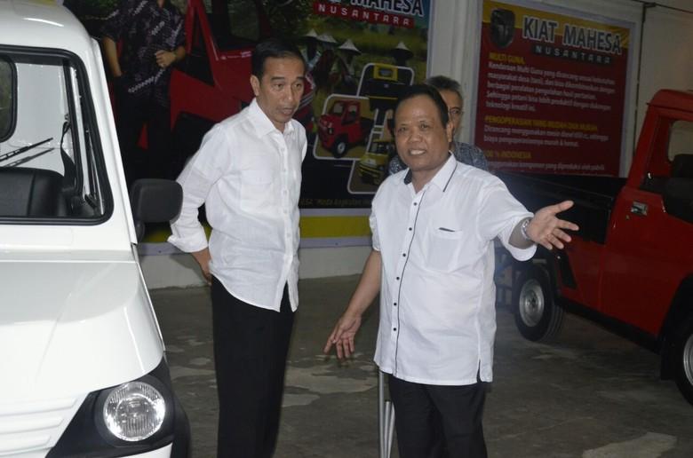 Sukiyat (kanan) penggagas mobil Esemka bersama Jokowi. Foto: Dok. Sukiyat