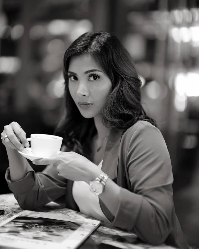 Meski fotonya hitam putih, kecantikan Nadia masih terpancar. Sorry darling, I dont share my coffee, tulisnya. Wah, jangan coba-coba minta kopi ke Nadia ya hihi... Foto: Instagram nadiamulya
