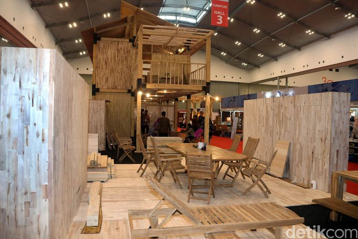 Fitur rumah ini ialah semua komponen struktur atap, balok dan kolom yang digunakan serta dindingnya terbuat dari kayu.