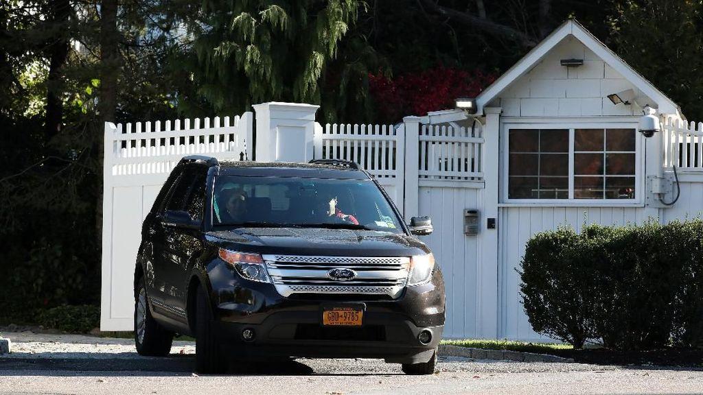Suasana di Kediaman Clinton Usai Penemuan Paket Bahan Peledak