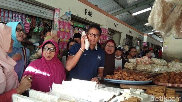 Sandiaga Uno memegang tempe di Pasar Projosari, Bawen, Rabu (24/10/2018).