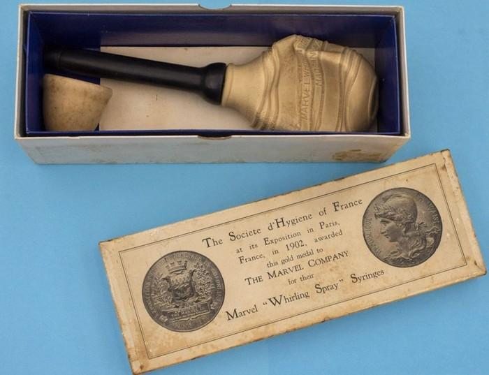 Apa yang tampak seperti pipet besar ini digunakan untuk mencuci vagina wanita di tahun 1900-an. Kini praktik mencuci vagina justru terbukti tidak baik karena bisa menimbulkan penyakit. (Foto: BBC)