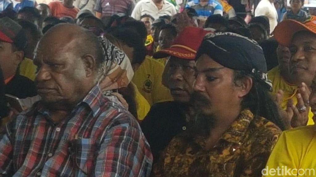 Dampingi Tommy Soeharto di Papua, Limbad Makan Paku di Pasar