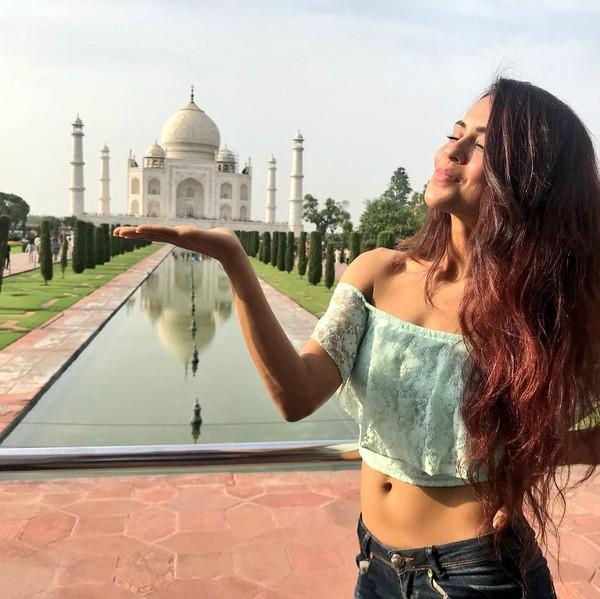 Sebagai gadis India, tidak lengkap rasanya kalau belum berkunjung ke Taj Mahal yang sudah jadi ikon pariwisata bahkan Keajaiban Dunia dari India. (Instagram/@sanaofficial)