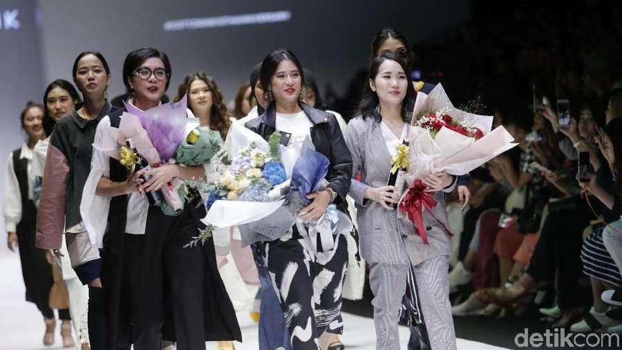 Terpesona Kecantikan Dian Sastrowardoyo di JFW 2019