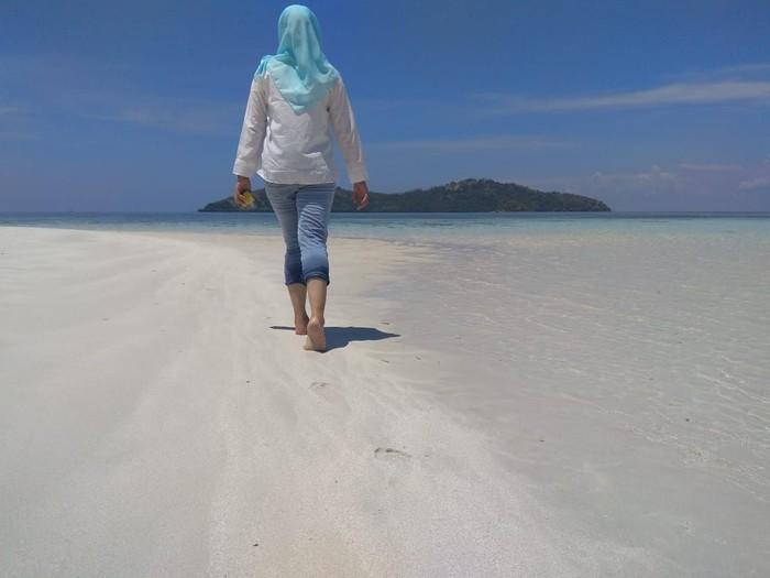 Berlari di pasir pantai seperti misalnya yang detikHealth lakukan di Pasir Timbul Pulau Nain, Sulawesi Utara, bisa melatih kekuatan, lho. Sebab, pasir membuat kaki butuh tenaga ekstra untuk membuatmu mengangkat kaki dan maju melangkah, menurut penjelasan dari fisiologis olahraga, Steve Rhyan, seperti ditulis Live Healthy. (Foto: Aisyah/detikHealth)