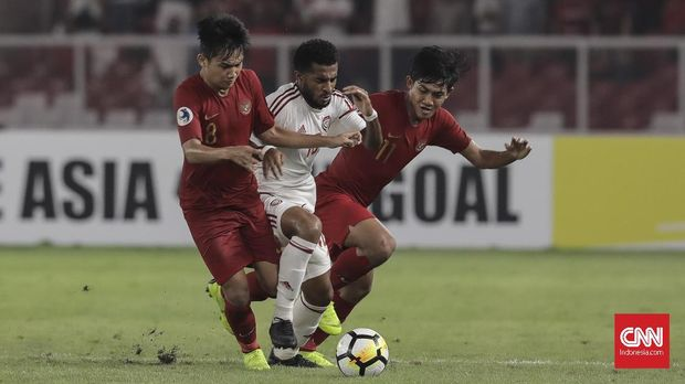 Firza Andika dan Witan Sulaeman bahu membahu mengadang pergerakan pemain Qatar.