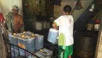 Setelah berdiri, lanjut Hilmy, mereka memperkirakan dapat memproduksi biodiesel sebanyak 2 ton perhari. Namun, pada kenyataan mereka hanya menghasilkan 500 liter per hari. Dia menyebut praktik mendapatkan minyak jelantah di lapangan tidak semudah yang dibayangkan. Pabrik mereka saat ini berada di wilayah Batangase, Kabupaten Maros. Istimewa.