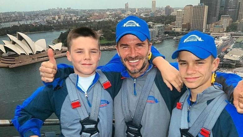 David Beckham mendaki Sydney Harbour Bridge bersama Romeo dan Cruz (davidbeckham/Instagram)