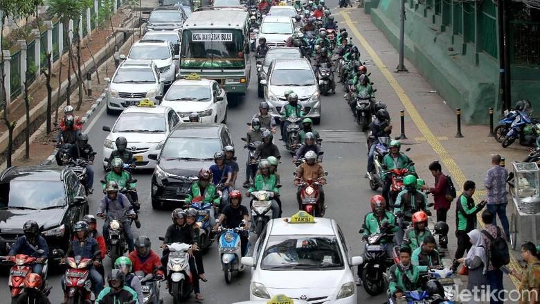 Sejumlah ojek online dan taksi tampak menunggu pelanggan di pinggiran Jalan Palmerah, Jakarta. Akibatnya, kemacetan pun tak terhindarkan.
