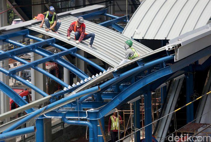 Sejumlah orang tampak sibuk mengerjakan pembangunan Stasiun Buaran, Jakarta Timur.