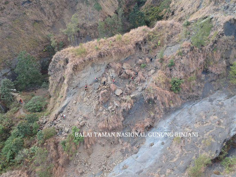 Dari foto resmi Kepala Balai Taman Nasional Gunung Rinjani (BTNGR) Sudiyono, pihak-pihak terkait sudah melakukan survei pada tanggal 3-5 Oktober lalu. Sejumlah titik mengalami longsor (Dok. Balai Taman Nasional Gunung Rinjani)