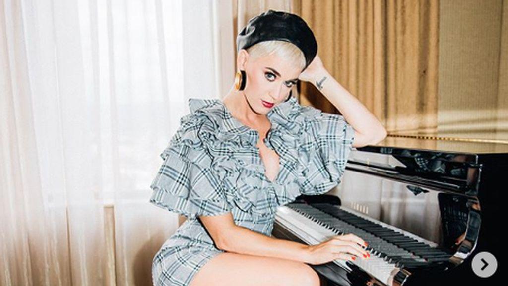 Unggah Foto Berkostum Hillary Clinton, Katy Perry Dituntut Rp 2,7 M
