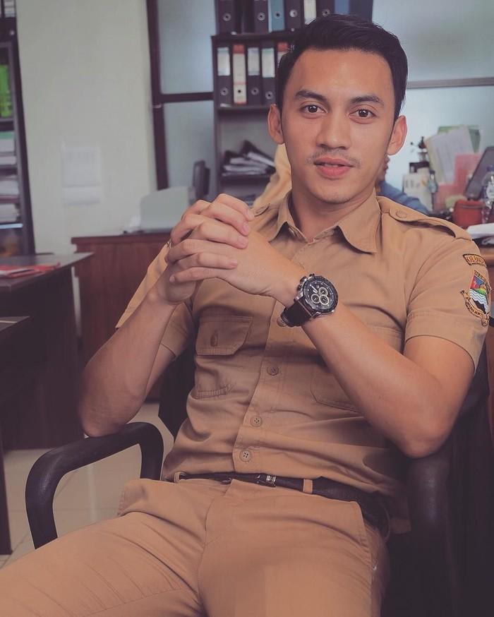 Junna Aditya tengah menjadi buah bibir netizen. Pegawai Negeri Sipil dari Bandung ini bukan hanya tampan tapi juga multi talenta. Sttt... Junna juga hobi makan pete ternyata. Foto: Instagram Junna Aditya