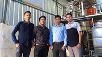Anak-anak Muda Makassar ini berhasil membuat terobosan dengan mengubah minyak jelantah menjadi biodiesel. Biodiesel ini pun dipergunakan oleh para nelayan sebagai bahan bakar untuk melaut mencari ikan. Istimewa.