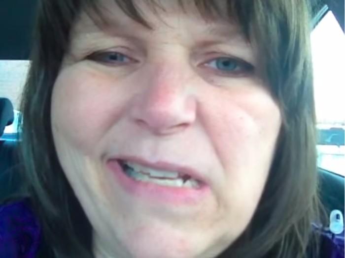 Saat menyetir pulang, Stacey Yepes bisa merasakan dirinya mengalami stroke dan merekamnya. Ini usaha Stacey saat mencoba tersenyum. (Foto: Youtube/UHNToronto)
