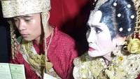 Kedua sejoli itu telah resmi menikah pada Rabu (24/10) malam, Raut kebahagiaan terpancar dari muka kedua mempelai itu. Foto: Dok. Kemehag Sidrap
