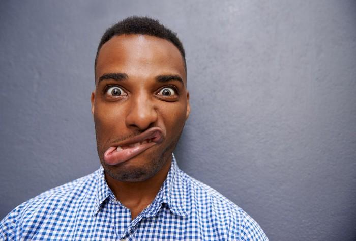 Tanda umum serangan stroke sering disingkat FAST. F adalah Face drop, antara lain ditandai dengan mulut menceng sebelah. Foto: iStock