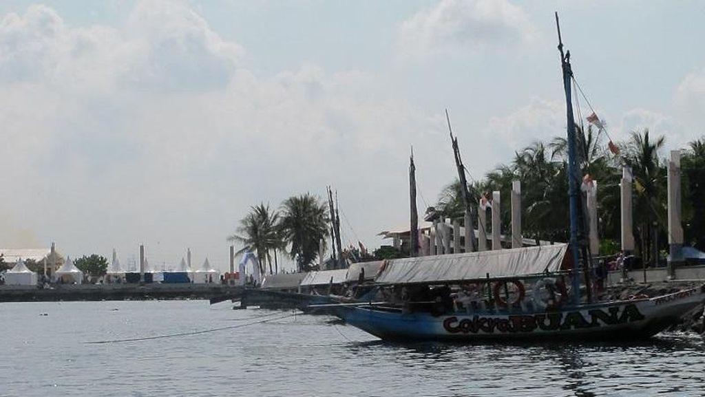 Menikmati Pantai Ancol dari Perahu Wisata