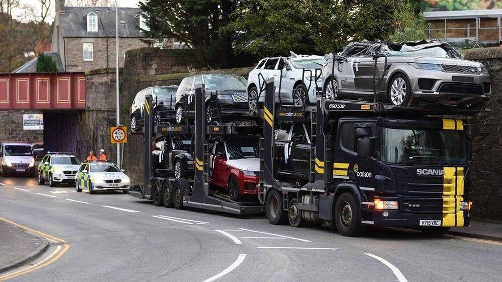 Truk Pengangkut Kepentok Jembatan, Atap Range Rover Rusak Parah