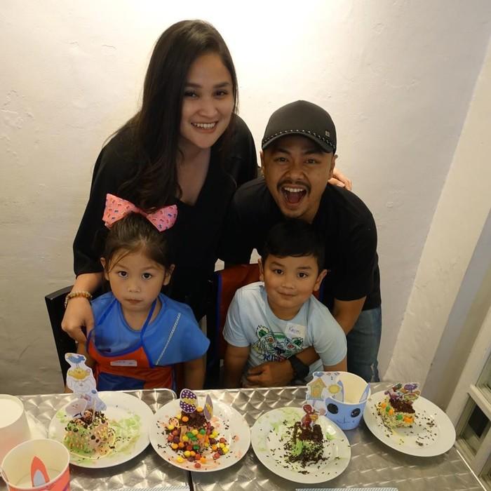 Kompak bareng keluarga kecilnya, Wendi hendak menikmati cake manis bersama dua anaknya. Hidup dibawa senang aja. Jangan dibawa stress. Masalah mah pasti ada aja. Tinggal kita berani apa nggak untuk bilang masalah itu bukan sebuah masalah, kata Wendi. Foto: Instagram wendicagur