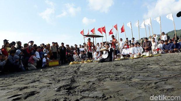 Larungan di Pantai Parangkusumo, Bantul.