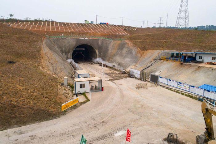 Saat ini sudah ada 7 tunnel (tunnel 1, 2, 4, 6, 8, 10, 11) dengan panjang bervariasi dan telah dimulai konstruksinya. Pool/PT Wijaya Karya (Persero) Tbk.
