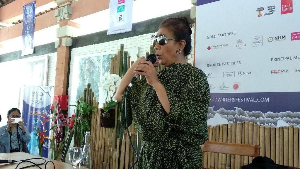 Berkacamata Hitam, Susi Pudjiastuti Berbagi Kisah Inspiratif di UWRF 2018