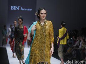 Indahnya Lambaian Kain Batik Sutra Karya O   bin di Jakarta Fashion Week 2019
