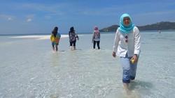 Berjalan kaki di pasir pantai ternyata menyimpan manfaat tak terduga untuk tubuh. Wah apa saja ya manfaatnya?