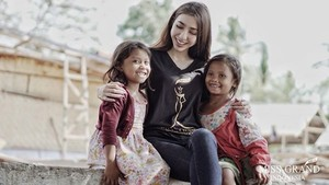 Foto Juara 3 Miss Grand International Nadia Purwoko dan Anak-anak