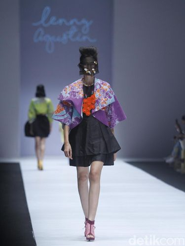 Koleksi terbaru Lenny Agustin di Jakarta Fashion Week 2019.
