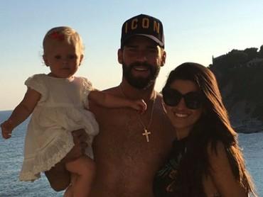 Alisson Beckermenikahi Natalia Loewe yang berprofesi sebagai dokter di tahun 2015. Mereka dikaruniai seorang putri cantik bernama Helena. (Foto: Instagram/allisonbecker)