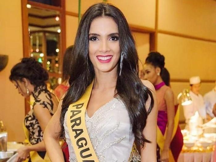Juara Miss Grand International 2018 pingsan di panggung setelah diumumkan menang. Foto: Instagram @_clarasosa