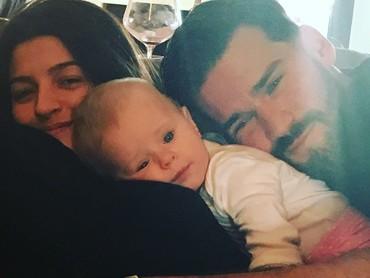 Aaw, ayah Becker nggak bisa lepas dari Helena nih. Hi-hi. (Foto: Instagram/allisonbecker)