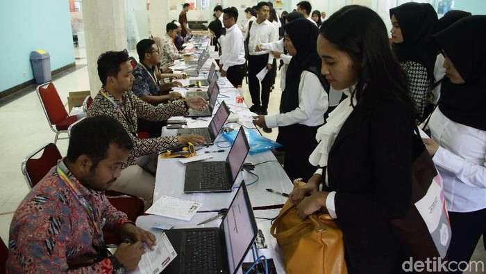 Ratusan peserta mengikuti Seleksi Kompetensi Dasar (SKD) Calon Pegawai Negeri Sipil (CPNS). Tes digelar di Gedung Yos Sudarso, Jakarta Utara, Jumat (26/10).