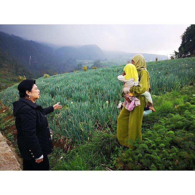 Ani Yudhoyono mengunggah fotonya bersama SBY ke Instagram saat berkunjung ke kaki Gunung Lawu. Ia pun mengungkapkan pendakiannya bersama sang suami 20 tahun lalu (Ani Yudhoyono/Instagram)