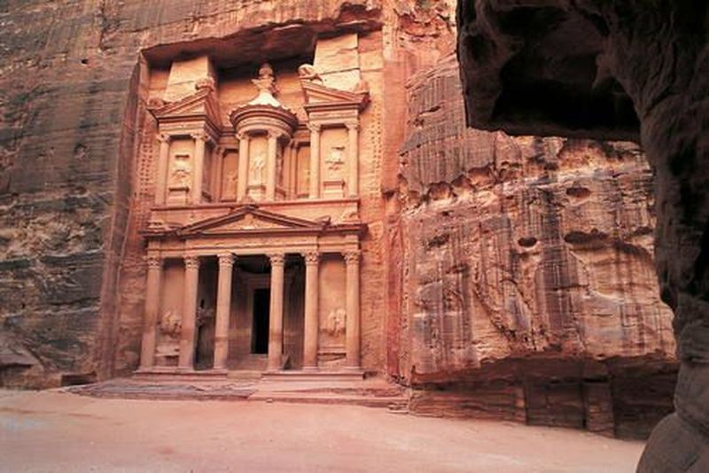 Kota Tua Petra ini berada di sisi selatan Yordania atau berjarak sekitar 4 jam perjalanan dari ibukota Amman. Kota tua ini diperkirakan telah ada semenjak 312 SM dan dibangun oleh Suku Nabatean. Hebat bukan, bagaimana suku pada zaman itu membangun kota lengkap dengan irigasi dan terlindung dari musuh? (UNESCO)