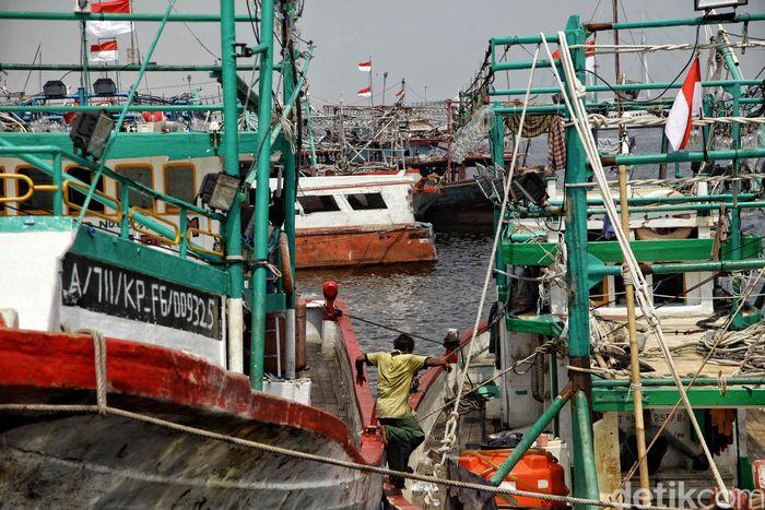 Penampakan sejumlah kapal nelayan yang tidak melaut di kawasan Muara Angke, Jakarta Utara, Jumat (26/10/2018).