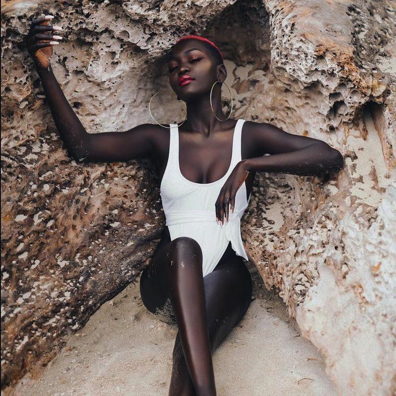 Namanya Nyakim Gatwech, seorang model Sudan-Amerika yang populer karena warna kulitnya. Di sela waktu sibuknyam dia juga pergi liburan. (queennyakimofficial/Instagram)