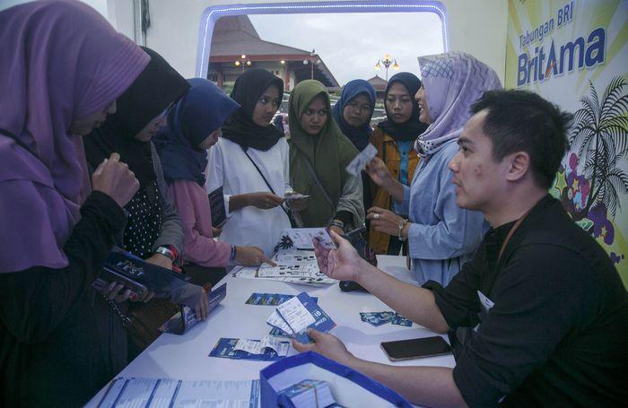 Dalam rangka memperkenalkan tabungan BritAma Muda, PT Bank Rakyat Indonesia (Persero) Tbk gencar mendekatkan diri pada generasi millenials. Kali ini, Bank BRI mendukung penyelenggaraan acara Diplomacy Festival atau DiploFest yang diinisiasi oleh Kementerian Luar Negeri (Kemlu) RI di Lapangan Grha Sabha Pramana (GSP) Universitas Gadjah Mada (UGM) Yogyakarta, Jumat (26/10). Foto: dok. BRI