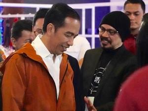 5 Jas Hujan Stylish Seperti yang Dipakai Jokowi
