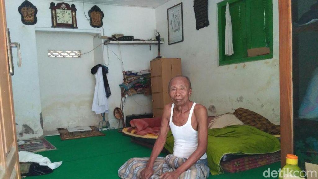 Rumahnya Direnovasi, Bapak-Anak di Situbondo Ini Mengungsi ke Musala