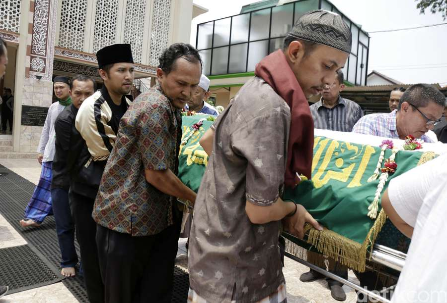Derai Tangis dan Doa Arumi Bachsin di Pemakaman Sang Ayah