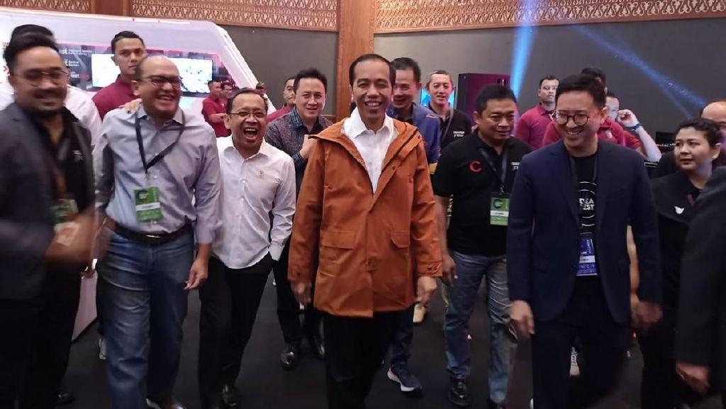 Bak Liam Gallagher, Jokowi Pamer Jaket Parka Buatan Lokal