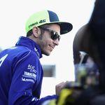 Rossi yang Masih Senyum-Senyum Saat Terima Trofi Pecundang 2018