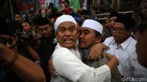 Perwakilan Massa Aksi Bela Tauhid dan PBNU Berpelukan
